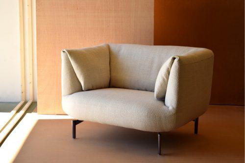 butaca-tapizada-en-tono-marfil-vp-interiorismo-calidad-diseño=electricidad-aranda-lamparas-almeria=jpg