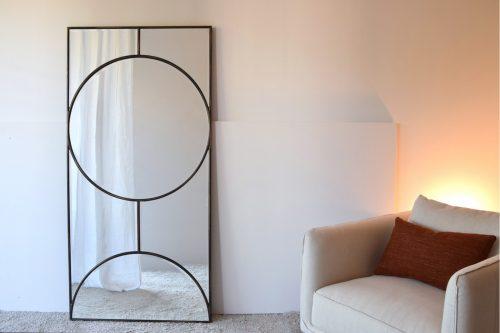 espejo-rectangular-apoyado-en-suelo-marco-negro-vp-electricidad-aranda-lamparas-almeria-