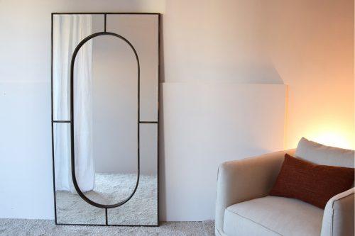 espejo-rectangular-de-suelo-marco-geometrico-negro-vp-interiorismo-electricidad-aranda-lamparas-almeria-