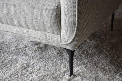 butaca-tapizada-en-tono-gris-claro