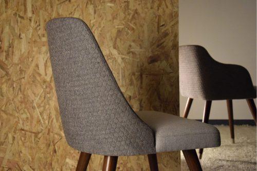set-2-sillas-comedor-en-gris-vp-interiorismo-patas-de-madera