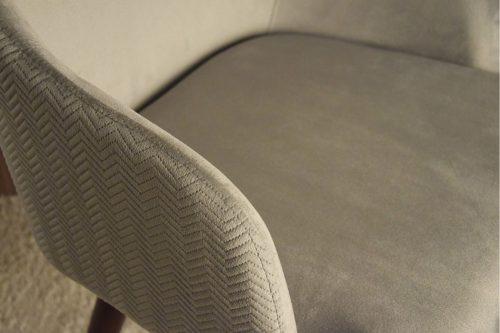silla-con-brazos-tapizada-en-tono-vp-gris